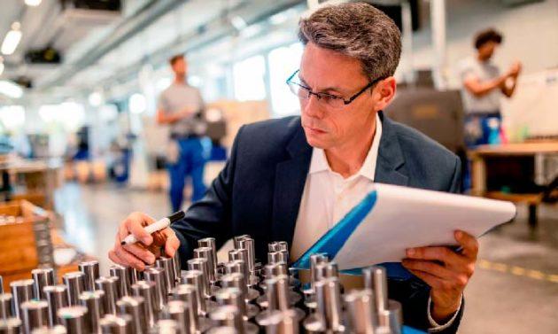 homem de terno e oculos realizando a inspeção de frascos no fornecedor hot stamping prata