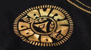 camisa-preta-com-estampagem-dourada-hot-stamping